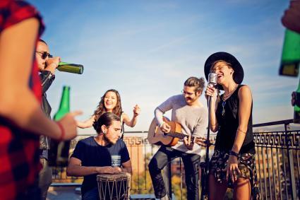 Un groupe d'amis fête avec un concert sur le toit-terrasse