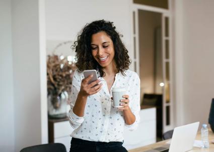 femme au bureau à l & # 39; aide de téléphone intelligent