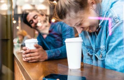 s'amuser dans un café