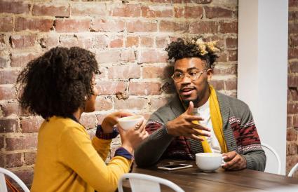 couple parlant dans un café