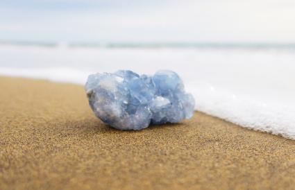 Celestite sur le rivage à la plage