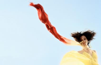 femme, à, écharpe, souffler dans air