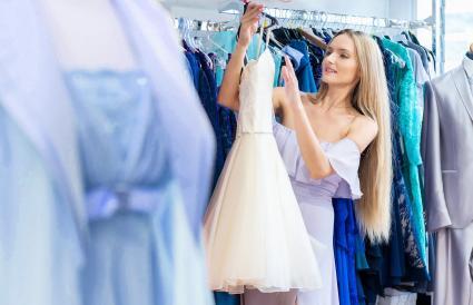 Femme robe organisant en boutique