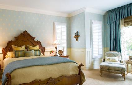 Chambre élégante avec papier peint bleu